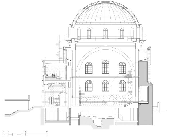 חתך מבנה בית הכנסת ממזרח למערב. תחת אולם בית הכנסת ניתן לראות את השרידים הארכיאולוגים שהתגלו במהלך העבודה