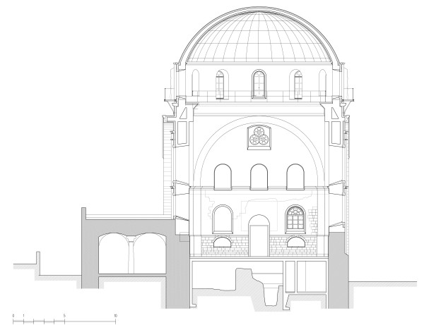 """חתך מבנה בית הכנסת מצפון לדרום. הקיר הדרומי של בית הכנסת נבנה על הדופן הצפונית של בית כנסת הרמב""""ן. התכנון חייב פתרון הנדסי מיוחד למצב זה"""