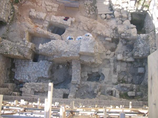 מבט אנכי על הממצאים הארכיאולוגיים שנתגלו במהלך החפירות תחת רצפת בית הכנסת