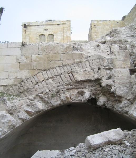 שרידי קשת מהתקופה הרומית המאוחרת שהתגלתה בעת החפירות. הקשת מתנוססת מעל הרחוב שנמצא בחפירה והוביל אל הקרדו.