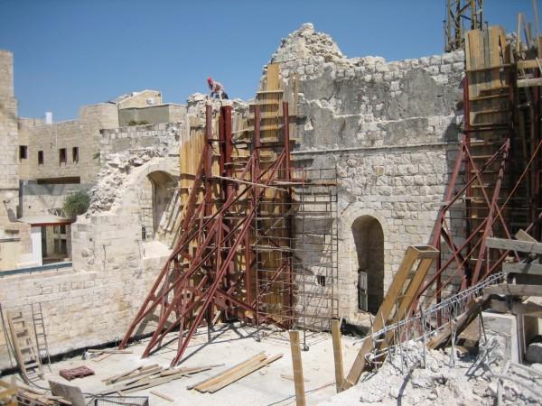 מערכות תמיכה זמניות, שהוקמו בעת הבניה, לייצוב הפינות של קיר המזרח. מאחורי פינות אלה הלכו ונבנו מגדלי הפינה שישאו את המבנה. תכנון הנדסי – אינג' י. גורדון.