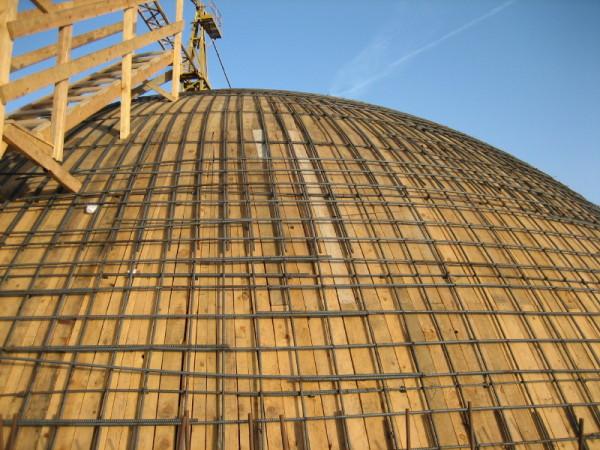 תבנית הכיפה ורשת הזיון שמעליה במהלך הבניה. הכיפה חופתה באבן על גבי קליפת הבטון.