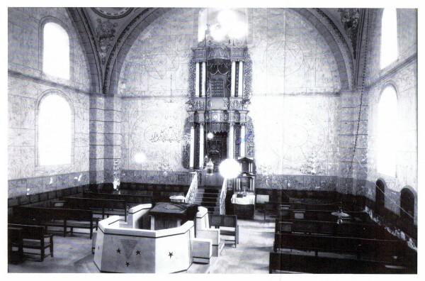 קיר המזרח, ההיכל והבימה של בית הכנסת במאה העשרים. הבימה הנראית בצילום החליפה את הבימה המקורית. הציורים שעל הקירות הלכו ונוספו עם השנים.