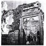 שרידי דלת הכניסה שהובילה מהפלוש אל אולם התפילה