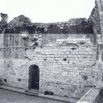 שרידי קיר המזרח. במרכזו גומחה שהיתה בגב ההיכל ממנה הסתעף כלפי צפון חדרון זעיר  ששימש כנראה לגניזה